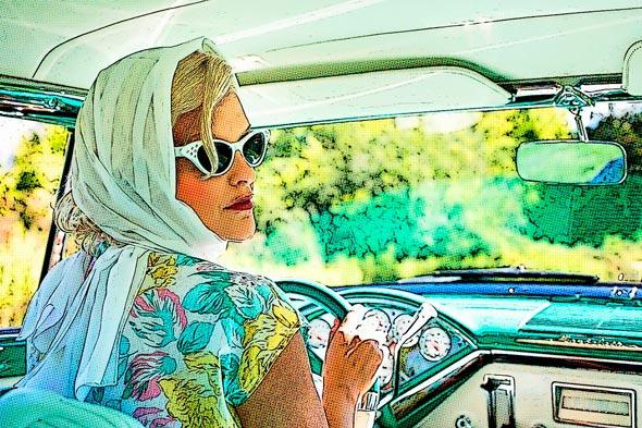 mujer vintage con pañuelo vestido de flores y gafas de ojos de gato estilo bintage