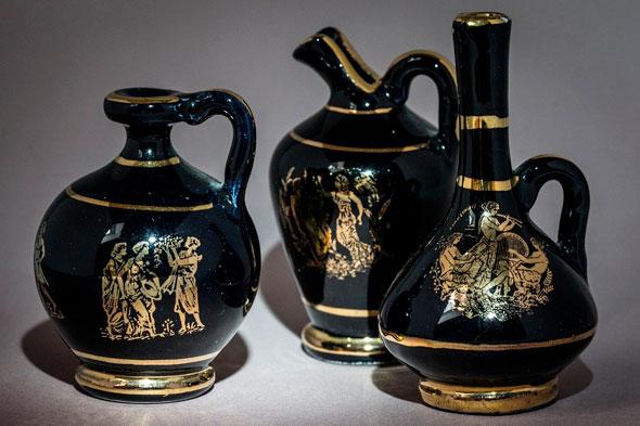antigüedad griega ánfora negra con ilustraciones en oro