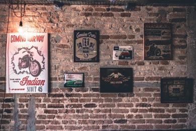 pared vintage imitando muro de ladrillo con carteles retro vintaged.org